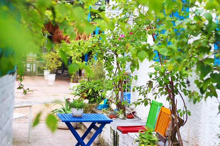 Ngồi ở hàng bàn ghế bên ngoài của quán với dàn hoa giấy để chụp ảnh sống ảo cũng là một điểm cộng cho quán.