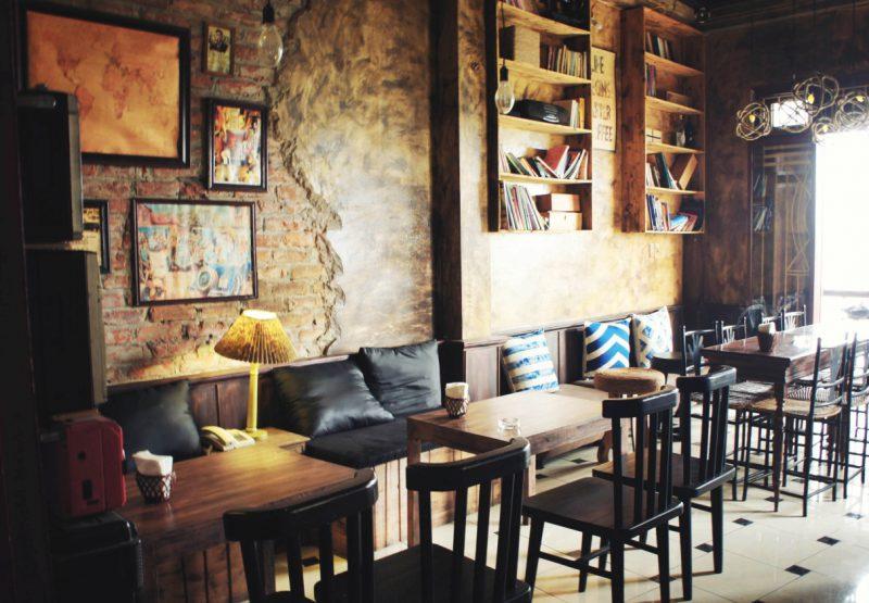 Tầng 3 là một chốn riêng tư, đầy bình an và thư thái với những dãy ghế dài giản dị mà thanh nhã.