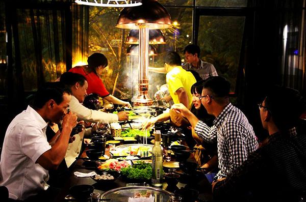 Nhà hàng buffet nướng, lẩu TakiTaki gây ấn tượng với thực khách bởi những bộ bàn ghế bằng gỗ tuy đơn giản mà hiện đại, tiện lợi và thoải mái.