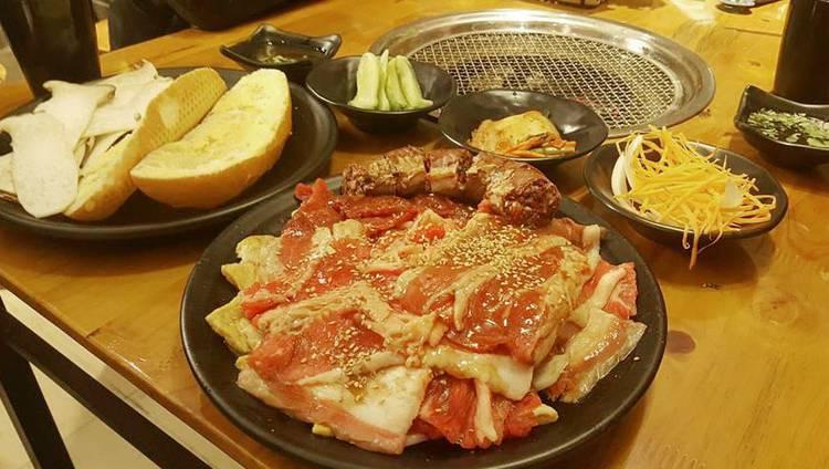 Bạn có thể chọn combo 299k dành cho 2 người nhưng 4 người cũng có thể ăn no nê, từng suất thịt đưa ra luôn đầy đặn với rất nhiều thịt, nguyên liệu còn được tẩm ướp rất vừa miệng khiến thực khách hài lòng.