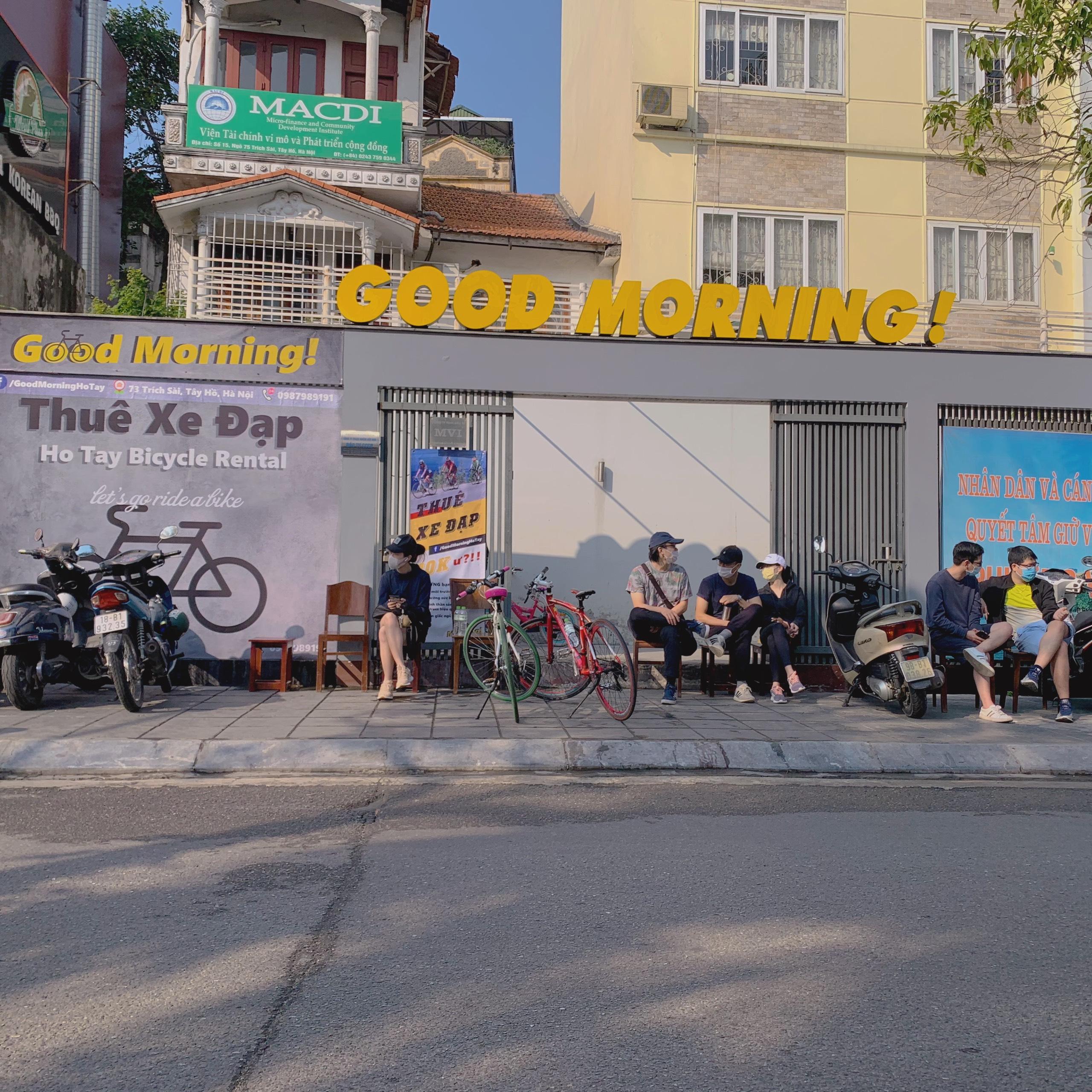 Khách chờ xe ca trước để được trải nghiệm đạp xe Hồ Tây