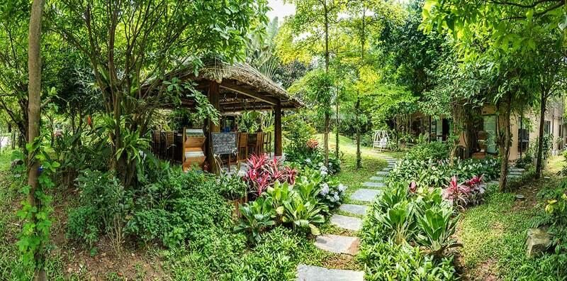 Nhà hàng nằm giữa một không gian xanh mát hiếm có với tiếng chim hót và những hàng cây xanh