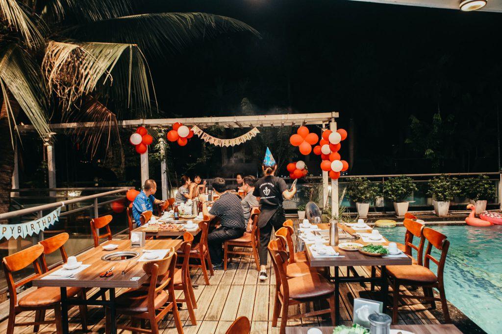 Là quán ăn tổ chức sinh nhật top 1 Hà Nội, Meat plus Hồ Tây còn thiết kế các khu bàn ngoài trời, ghế trẻ em cùng những ưu đãi đặc biệt như free trang trí sinh nhật,