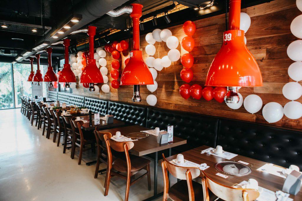 Tuy rất rộng rãi song không gian tổ chức sinh nhật cho cặp đôi Hà Nội tại Meat Plus luôn tạo cảm giác thoải mái, thân thiện và ấm cúng vì được sắp xếp hợp lý.