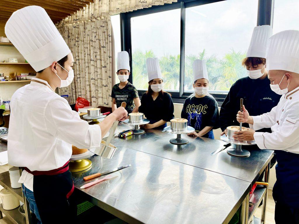 Các lớp học rất đa dạng về bánh Âu cơ bản, bánh Âu nâng cao, bánh Nhật, nghiệp vụ làm bánh kem, bánh Việt, bánh hiện đại...