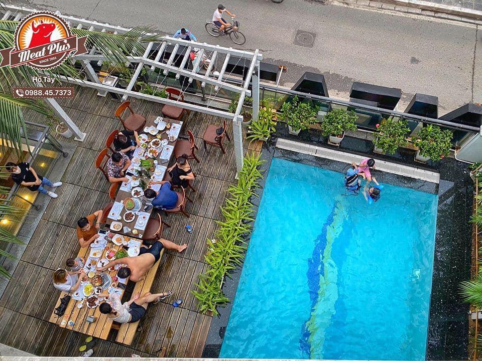Nhà hàng nằm trong khuôn viên một tòa biệt thự cao cấp sát cạnh hồ Tây, có view trực diện ra mặt hồ. Tại đây còn có một bể bơi xinh đẹp với hàng dừa như tại bãi biển.