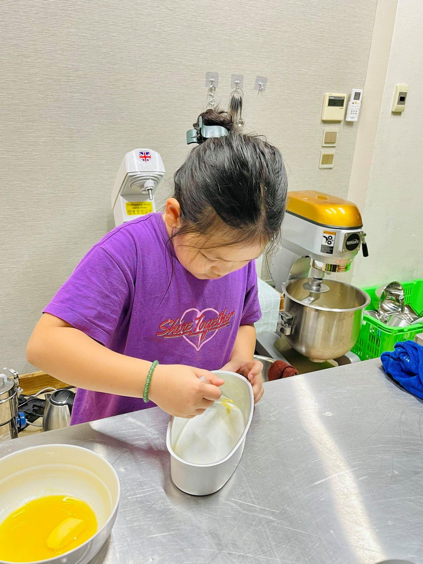 Với các khách hàng nhí đi cùng người lớn, bố mẹ có thể cùng bé làm bánh hoặc chọn cả 3 combo làm bánh, pool party, BBQ hoặc ngồi Cộng Cà Phê tại 75 Trích Sài trong thời gian bé học làm bánh.