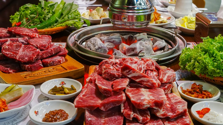 Meat plus mê hoặc thực khách mọi lứa tuổi bằng loại thịt bò hảo hạng được nhập khẩu cùng các loại đồ ăn kèm vừa ngon, vừa phong phú.