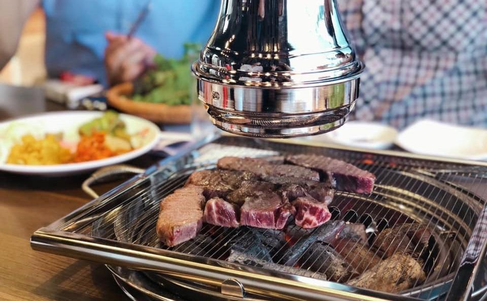 Meat Plus hồ Tây được trang bị hệ thống bếp nướng thông minh, hiện đại thực hiện theo mô hình lẩu nướng không khói từ Hàn Quốc và Nhật Bản.