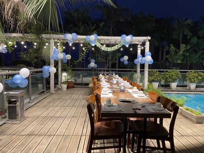 Mãn nhãn nữa còn là cảnh sân vườn với nhiều loại cây cảnh khác nhau bao xung quanh nhà hàng.