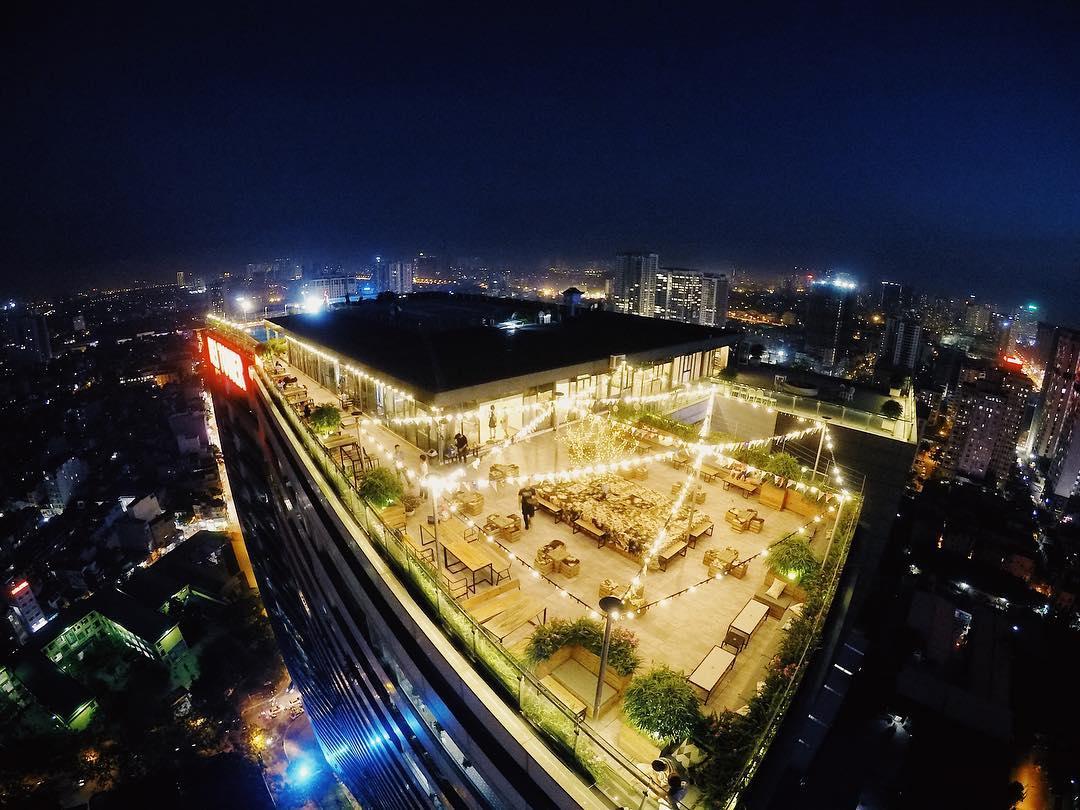 Nằm tại địa chỉ 189 Nghi Tàm, 6 Degrees Cafe - Rooftop là một trong những quán cà phê view đẹp nhất ở Hồ Tây.