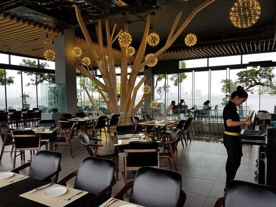 Menu tại đây có nhiều loại, khách có thể chọn đồ ăn hoặc uống tùy ý.