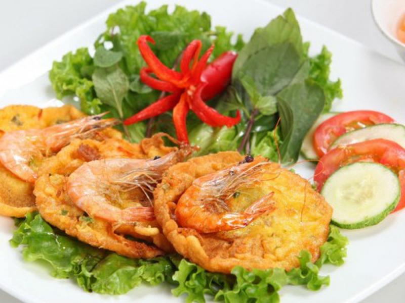 bánh tôm Hồ Tây, mà địa chỉ quen thuộc ởsố 1 đường Thanh Niên có thể nói là món ăn nổi bật nhất, quen thuộc nhất và gắn liền với hồ Tây nhiều năm nay.