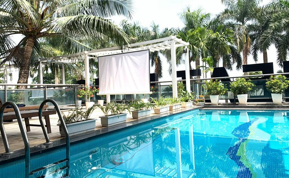 Bao quanh nhà hàng là vườn cây với rất nhiều cây xanh. Tại tầng hai của nhà hàng còn có một bể bơi đẹp với hàng dừa tỏa bóng góp thêm phần điều hòa không khí.