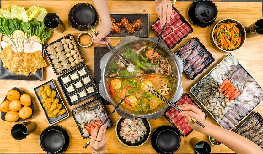 Món lẩu thường dễ ăn, đa dạng về đồ nhúng, có nước lẩu giúp đồ ăn không bị khô.
