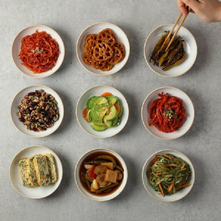 Ít ai còn lạ với những chiếc đĩa nhỏ xinh trong đó bày các loại món ăn kèm được bày biện xung quanh món chính, đó chính là các món panchan