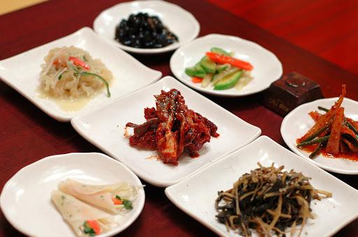 Panchan là những món ăn phụ được làm từ các loại rau củ đã tẩm ướp gia vị, sau đó đựng trong đĩa nhỏ và ăn kèm trong các bữa ăn của người Hàn Quốc.