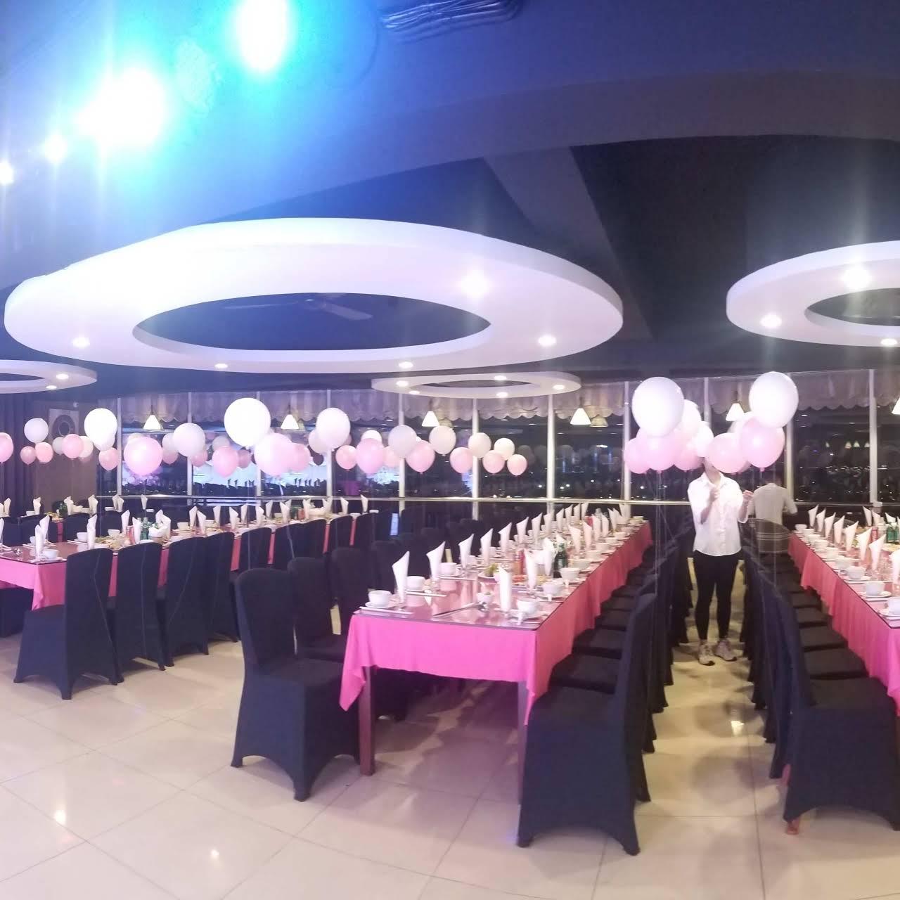 Eureka Tây Hồ có sức chứa 150 thực khách. Nhà hàng được trang bị sân khấu rộng rãi, với đầy đủ các thiết bị âm thanh, ánh sáng hiện đại.