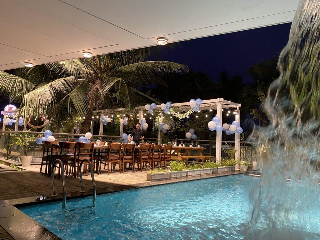 Bể bơi nước mặn trong khuôn viên nhà hàng MEat Plus hồ Tây tại số 73 Trích SÀi, Hà Nội.