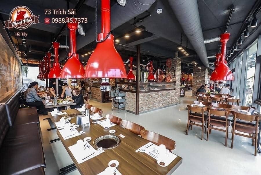 Nhà hàng thịt nướng Meat Plus No1 Korean hồ Tây ở 73 Trích Sài (quận Tây Hồ) đã lắp các tấm chắn an toàn, giãn cách các bàn ăn cách nhau 2m