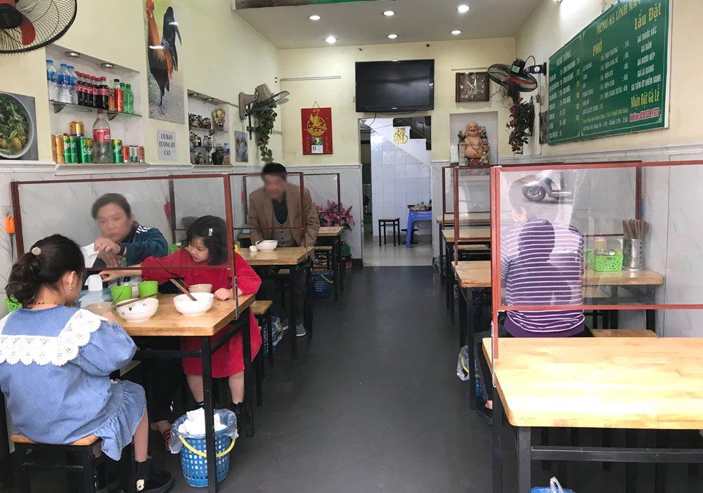 việc đảm bảo giãn cách và khử khuẩn an toàn tại các nhà hàng, quán ăn là vô cùng cần thiết.