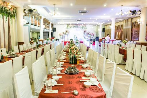 Nhà hàng Phương Nguyên bên hồ Tây là điểm hẹn dùng bữa của nhiều khách du lịch theo đoàn khi muốn tìm nơi đặt tiệc.