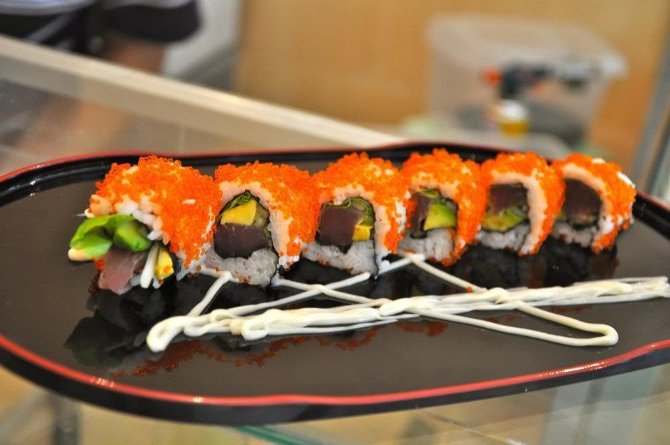 Dưới bàn tay khéo léo và tinh tế của người đầu bếp, các phần sushi tại đây được trang trí rất thu hút với đủ hương vị và màu sắc.