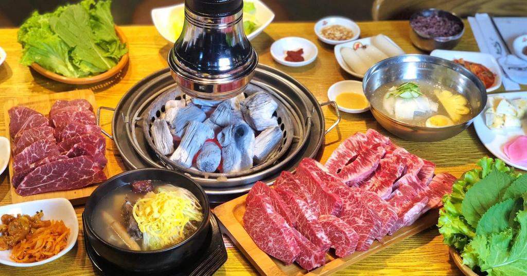 Bàn tiệc hấp dẫn đầy đủ đồ ăn kèm cũng những miếng thịt bò Mỹ thượng hạng