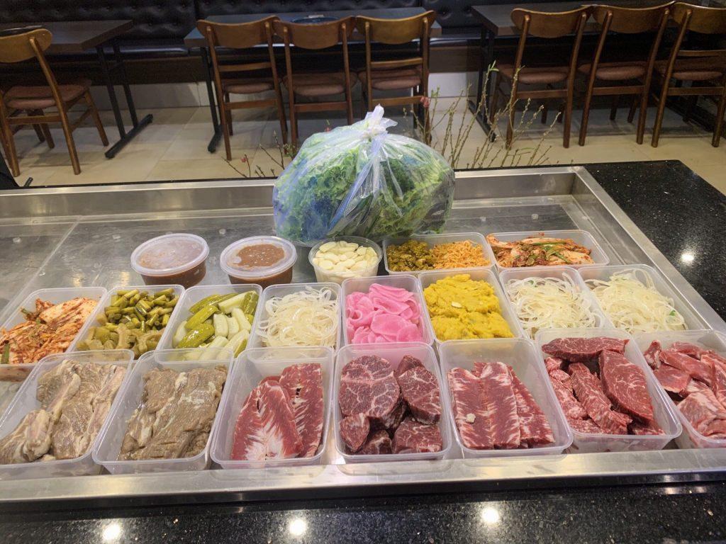 Thực đơn giao hàng tận nhà tại Meat Plus Hồ Tây sẽ đầy đủ set thịt cùng đồ ăn kèm như khi thực khách thưởng thức tại nhà hàng