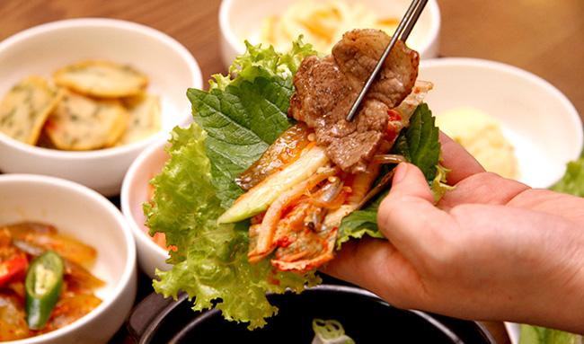 Cải mù tạt thường được người Hàn cuốn với thịt nướng, đặc biệt là thịt bò nướng