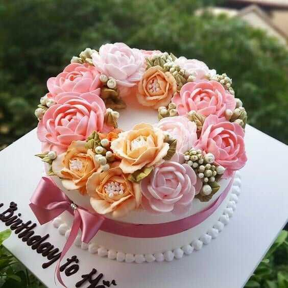 chiếc bánh được trang trí các bông hoa rực rỡ bằng kem màu sẽ thu hút mọi ánh nhìn.