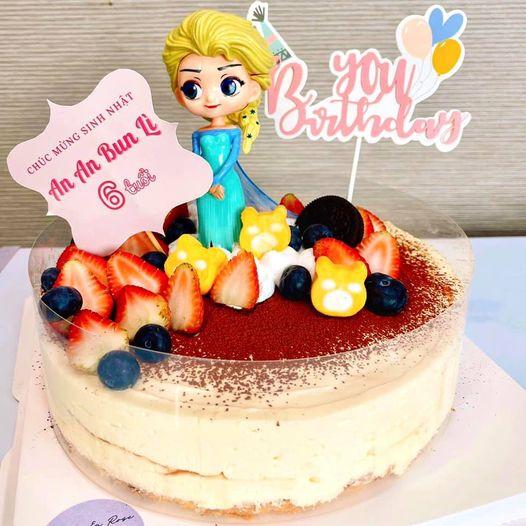 Bánh tiramisu trang trí hình công chúa băng giá của cửa hàng Lavie en rose