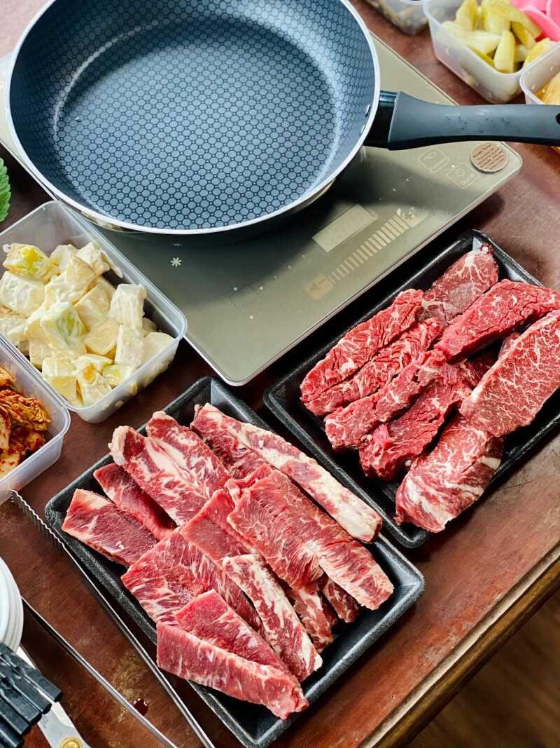 Nướng thịt bằng chảo chống dính với thịt bò hảo hạng của Meat Plus Hồ Tây
