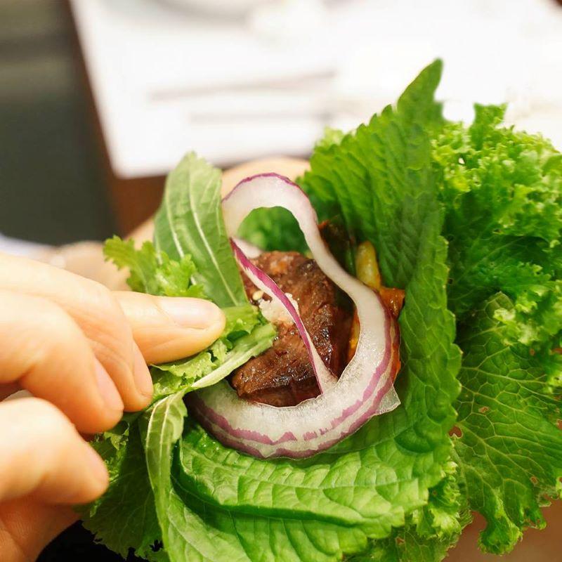 Nhiều người muốn tìm hiểu lá kê nhíp mua ở đâu Hà Nội để ăn kèm với thịt nướng
