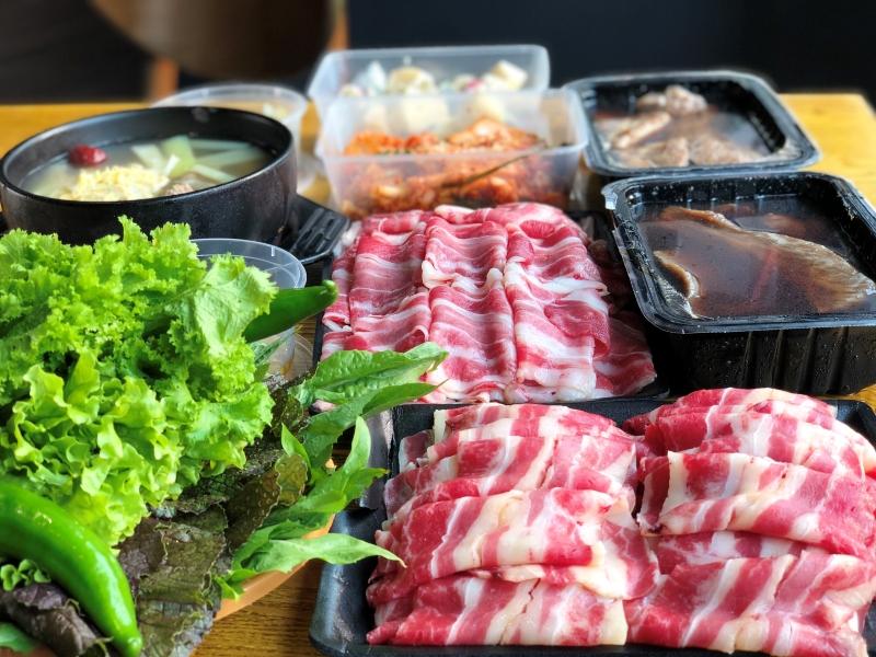 Thịt bò nướng Meat Plus Hồ Tây sẽ đầy đủ hương vị khi kết hợp với các loại rau ăn kèm trong đó có lá vừng