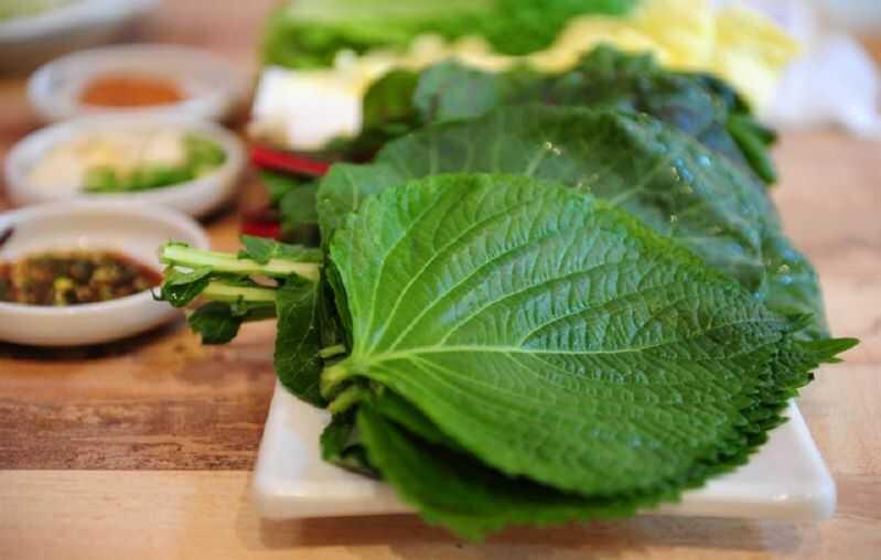 Lá kê nhíp cũng như một số loại rau sống ăn kèm khác có thể cuốn với thịt lợn hoặc thịt bò nướng.