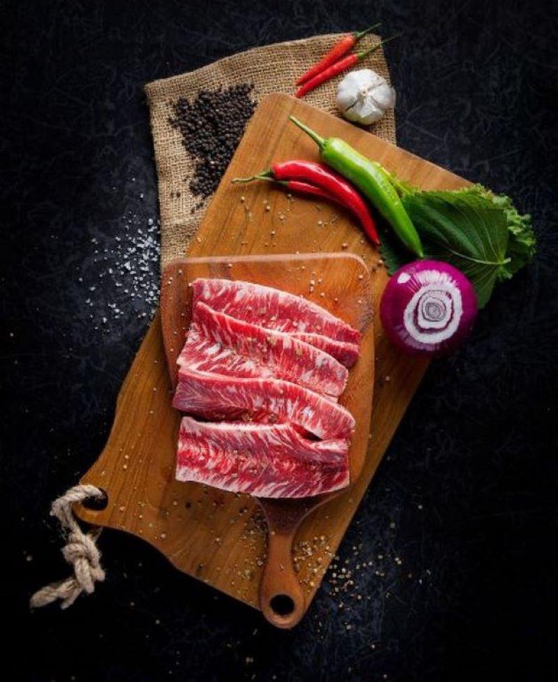 Thịt bò Hàn Quốc nhập khẩu ăn kèm lá kê nhíp và các rau gia vị khác tại Meat Plus