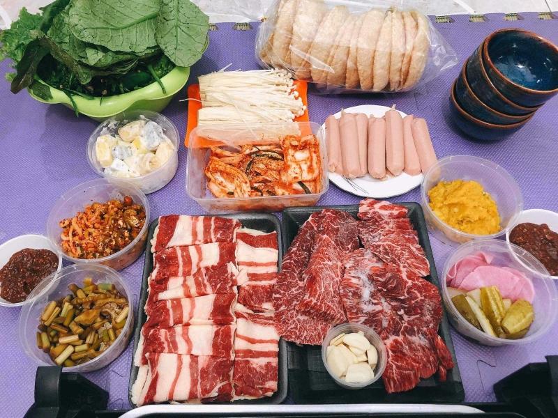 Ngoài thịt bò hảo hạng còn có các món ăn kèm hấp dẫn đúng chuẩn Hàn Quốc.